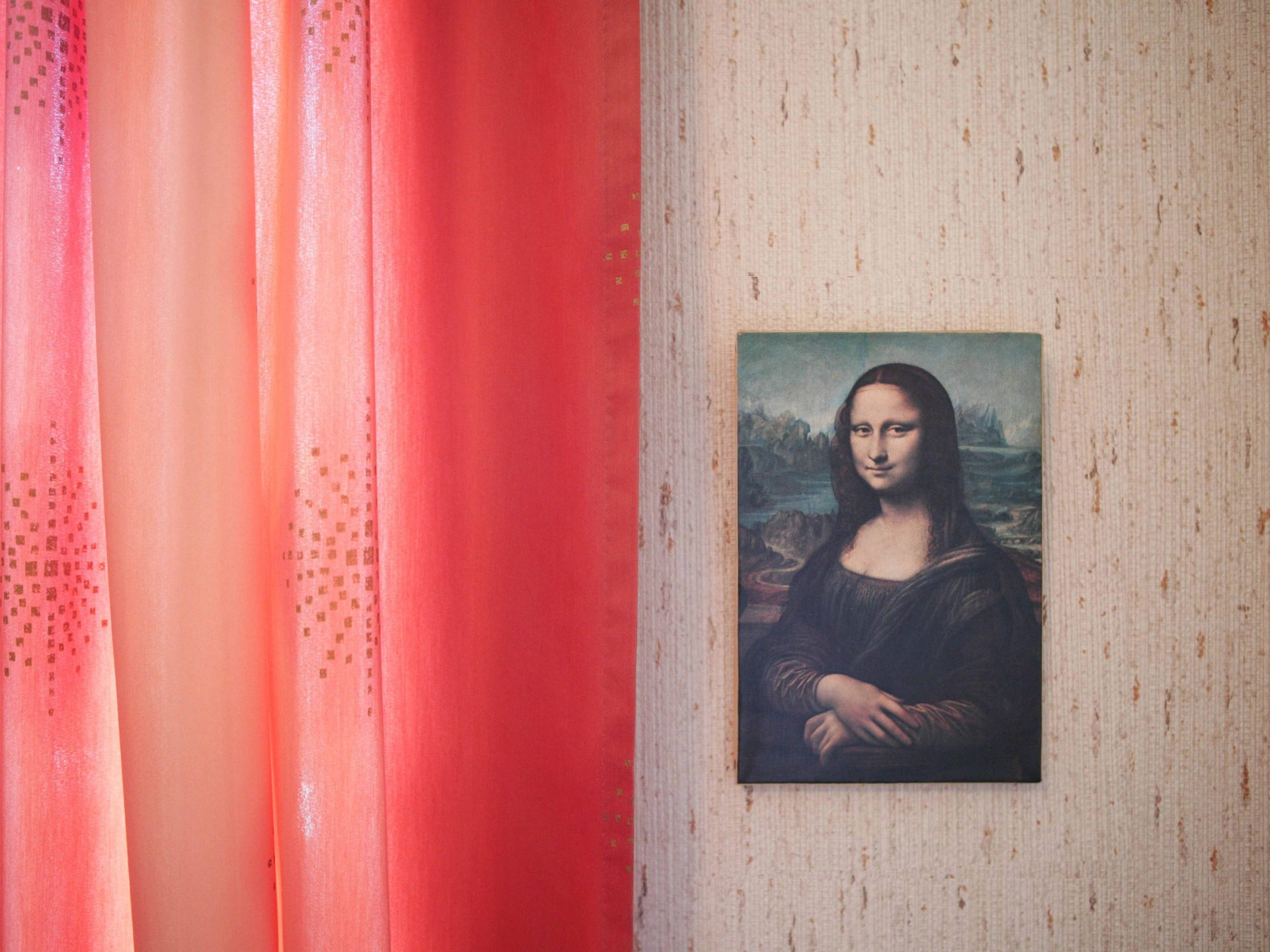 Shaw & Shaw pPhotography Mona Lisa painting on a wall with red curtains – Shaw and Shaw Advertising photographers photographer photography