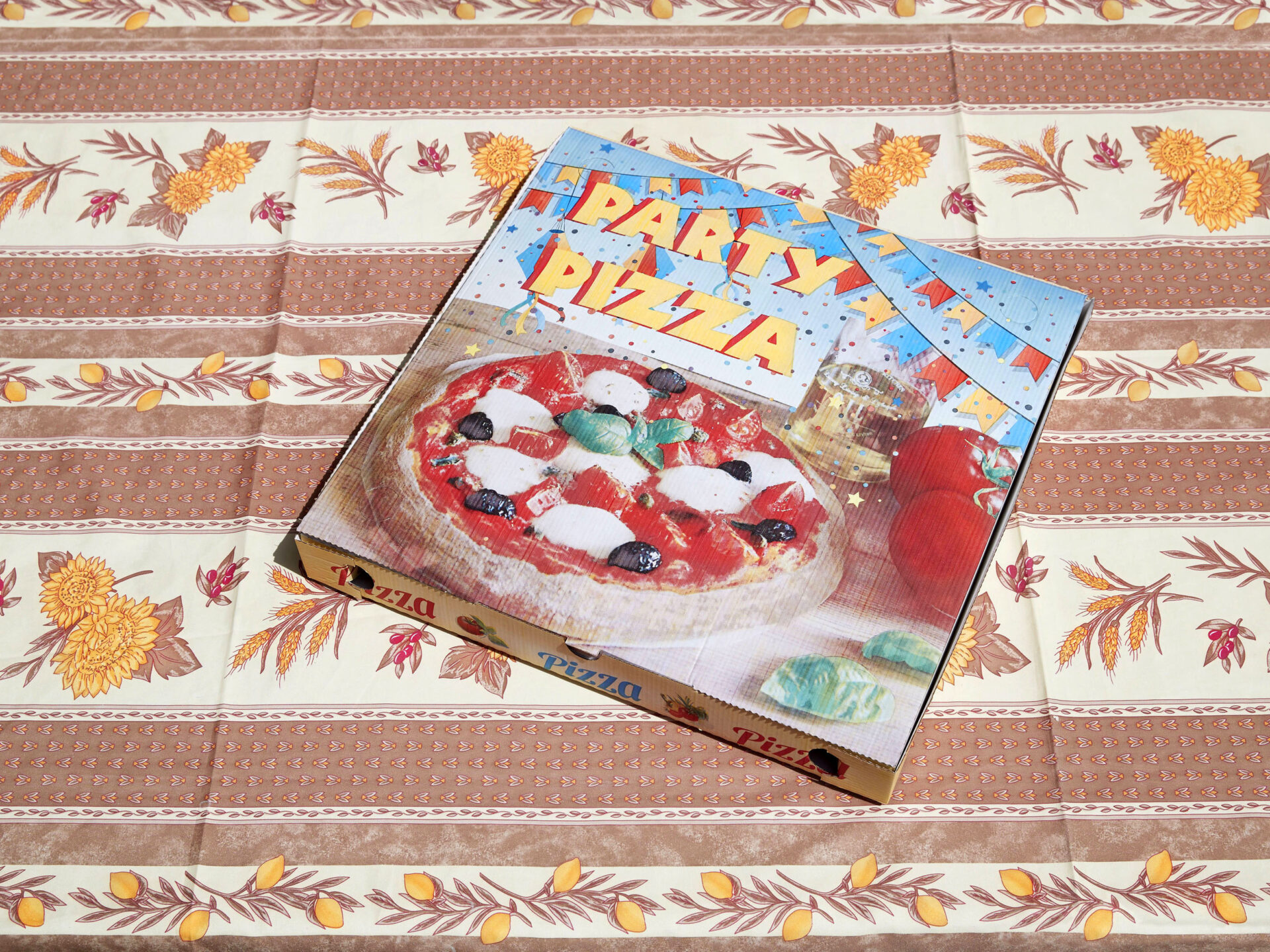 Shaw & Shaw – Party Pizza – pizza box on a patterned tablecloth – Shaw and Shaw Advertising photographers photographer photography